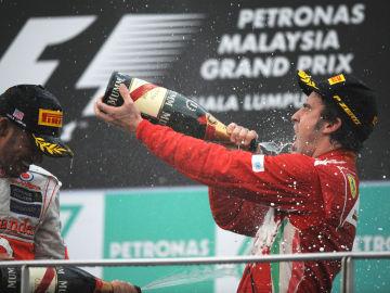 Hamilton y Alonso, en el podio de Sepang