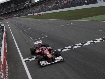 Alonso llega primero a meta