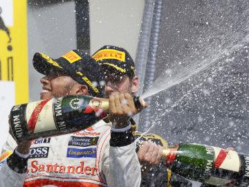 Lewis y Grosjean en el podio