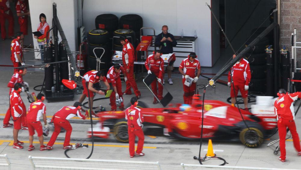 Alonso realiza un pit stop