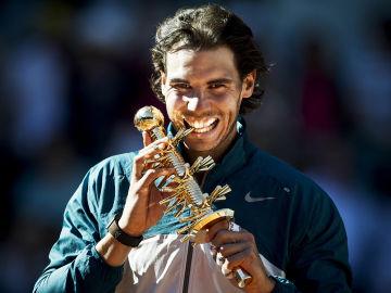 Nadal mordió el trofeo del Mutua Madrid Open 2013