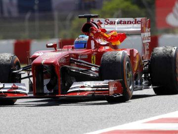 Alonso celebra la victoria en Montmeló