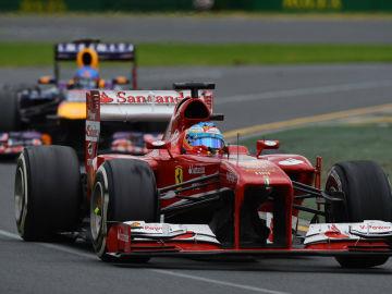 Alonso, delante del Red Bull de Webber