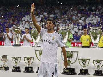 Raúl saluda a la afición del Bernabéu
