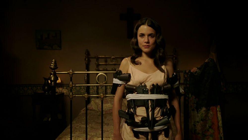 "Candelaria viste a Sira con un ""traje de pistolas"""