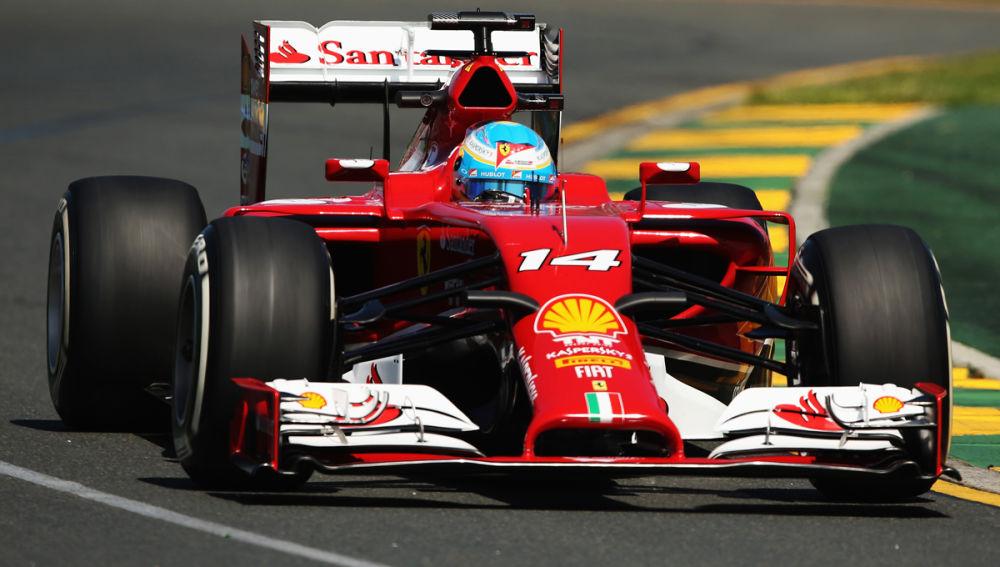 Alonso muestra el F14T en Albert Park