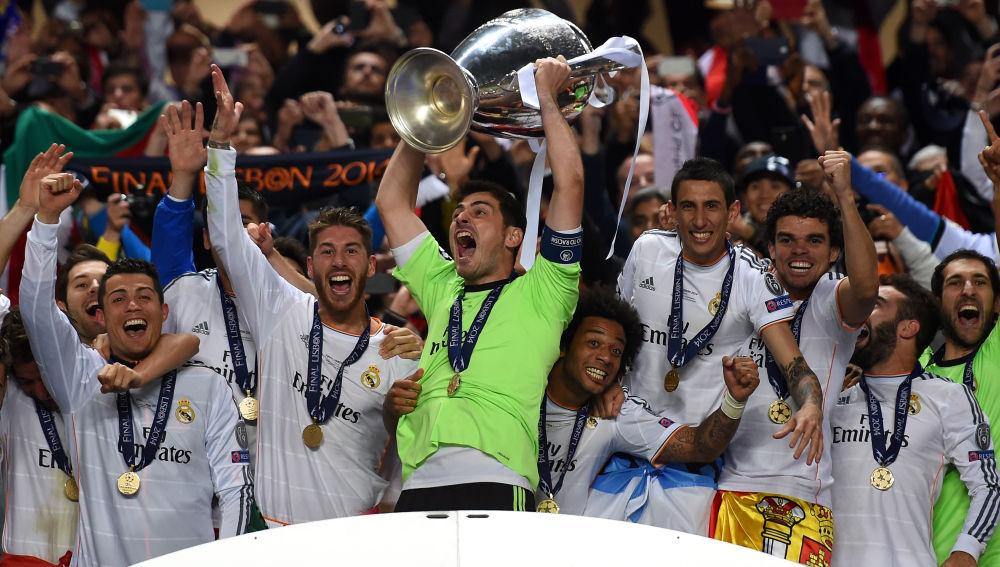 Iker Casillas levanta la Copa de Europa