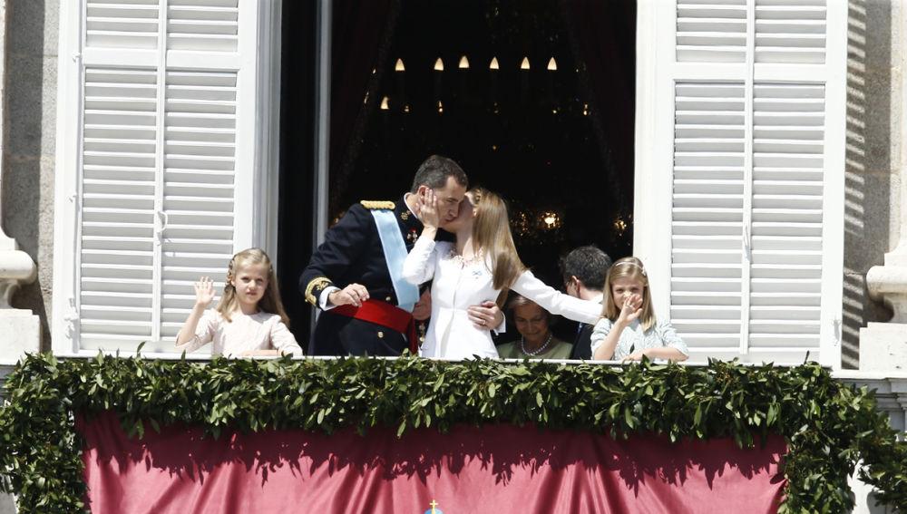 La Reina besa al Rey en el balcón