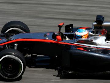 Fernando Alonso luce el plata en Sepang
