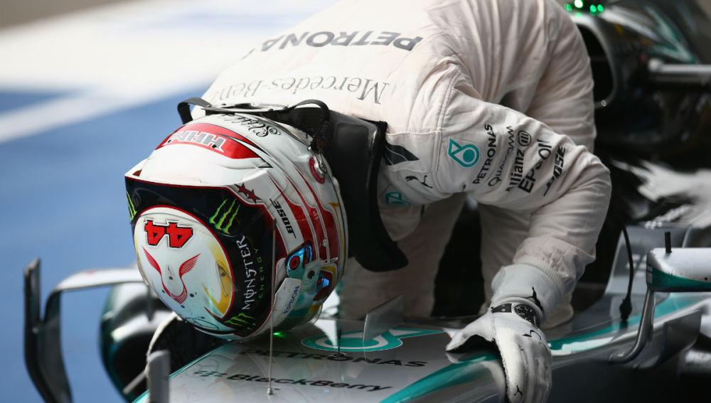 Hamilton besa el Mercedes