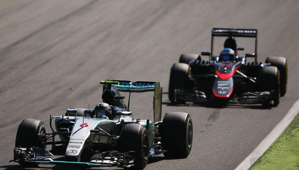 Fernando Alonso, detrás de Nico Rosberg