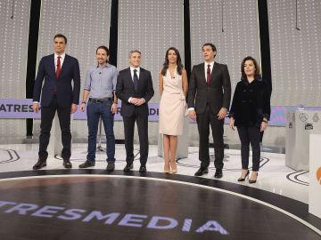 Posado de los participantes en '7d, El Debate Decisivo' con los moderadores