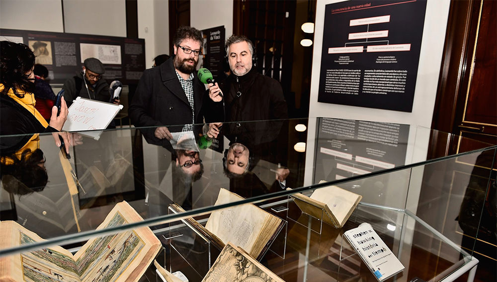 Sergio del Molino y Carlos Alsina pasean por la Biblioteca Nacional