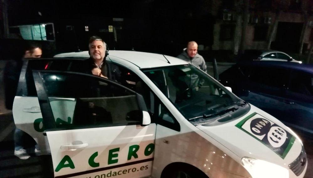 Carlos Alsina saliendo de la unidad móvil en su especial #AlsinaTodoExterior