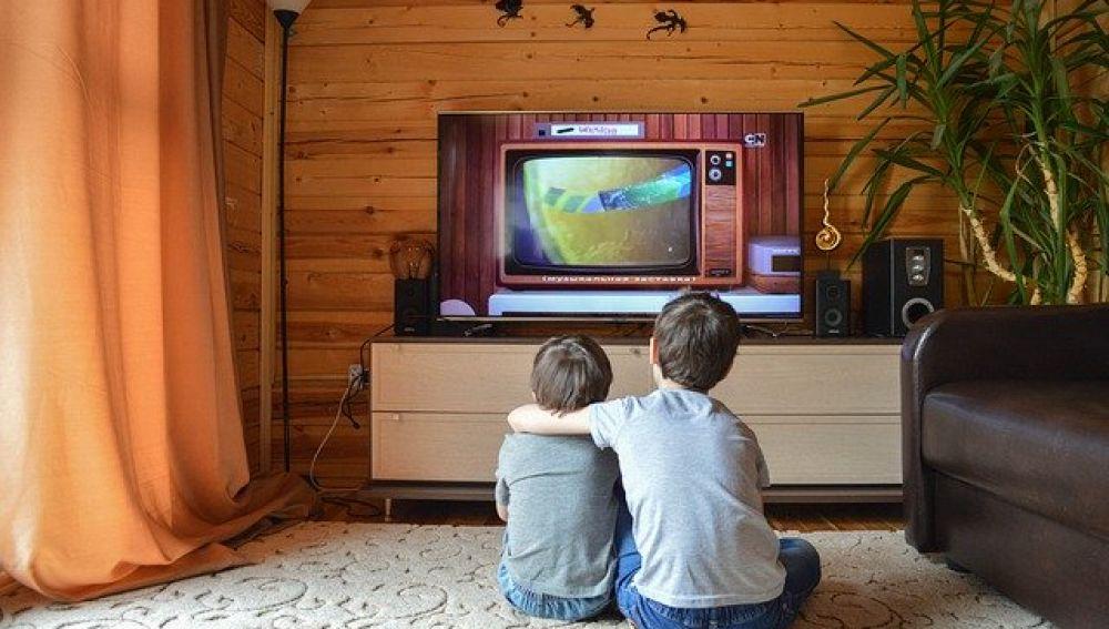 Niños frente al televisor